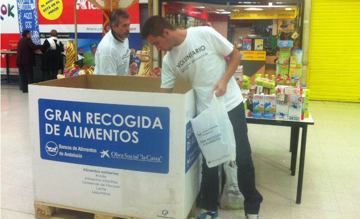 Juan José y Cayetano Enríquez recogiendo alimentos