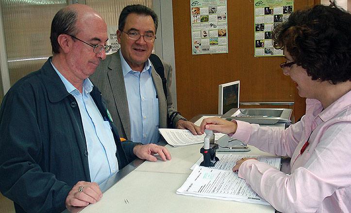 Alfredo Garay y Ángel Hueso registran la Federación Sevilla por el metro en la Delegación del Gobierno en Sevilla