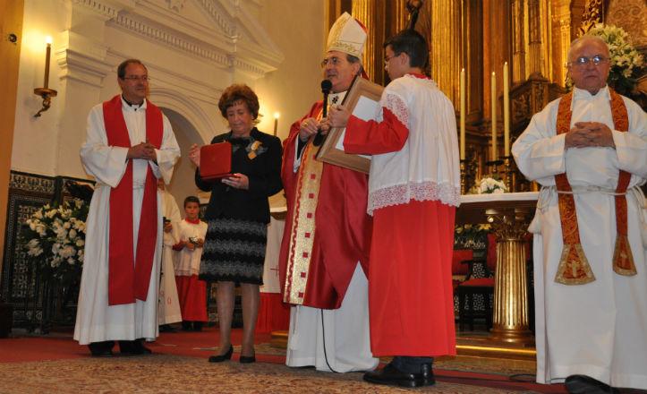 Momento de la entrega de la medalla a Josefina Medina Cala