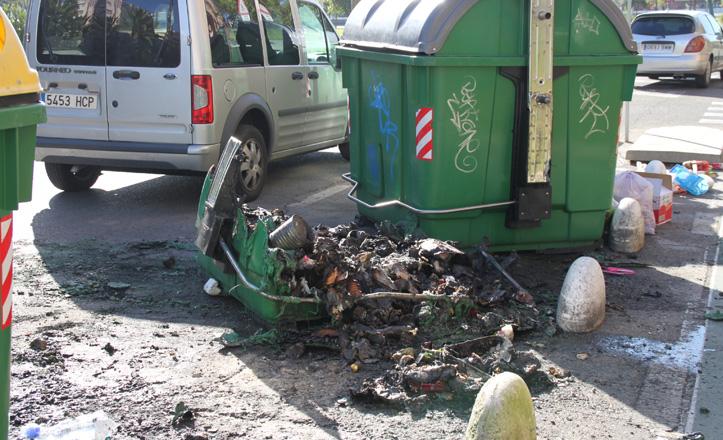 Contenedor quemado frente al Hotel Vértice