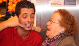 Antonio Jesús con una de sus clientas afortunadas