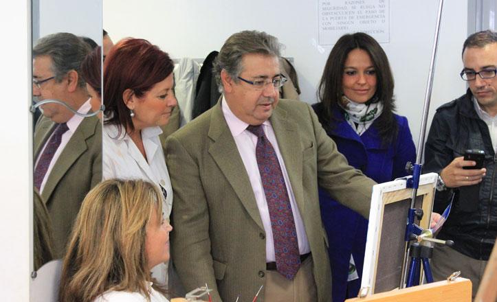 Juan Ignacio Zoido y Evelia Rincón en los talleres del centro cívico hogar san fernando