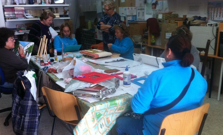 Socias de la Asociación de Vecinos Santa Genoveva-Tiro de Línea realizando talleres