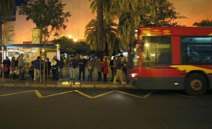 Un autobús de Tussam llegando a la Plaza del Duque