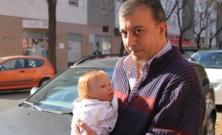 Jose Manuel Mira con uno de los Reborn en brazos