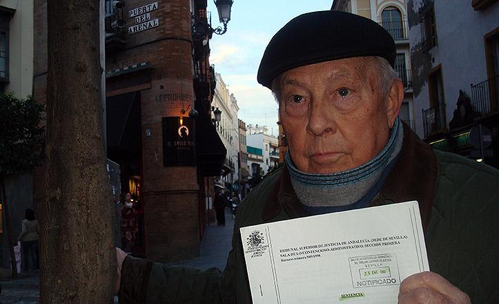 Antonio Fernández, presidente de la asociación Torre del Oro posa con la sentencia del TSJA de 2002.