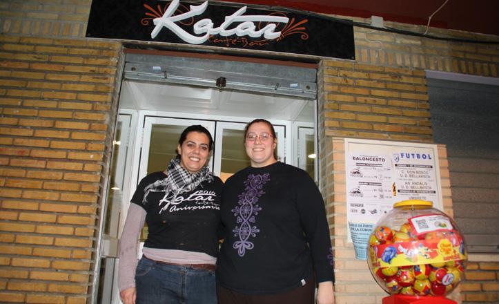 María Isabel y Sara posan en la puerta de su bar