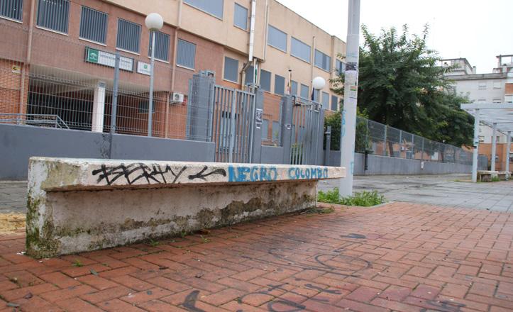 Los bancos situados a los pies del IES Sevilla Este