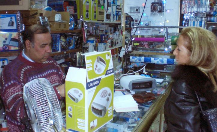 La delegada del distrito Los Remedios en el Bazar India junto a Laxman