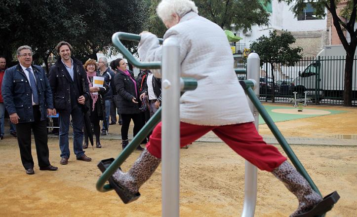 Anciana usando los aparatos de gimnasia de La Plata