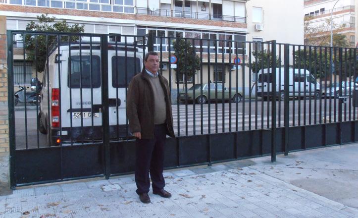 Ignacio Flores posa ante una de las nuevas puertas del colegio