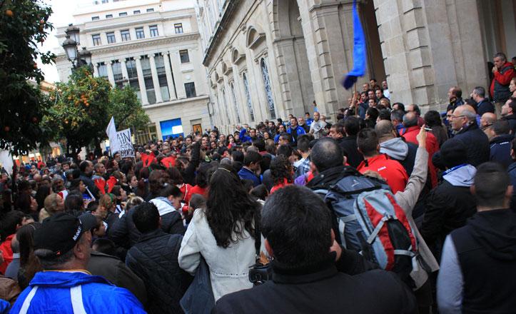 Varios clubes deportivos de Triana se concentran en las puertas del Ayuntamiento