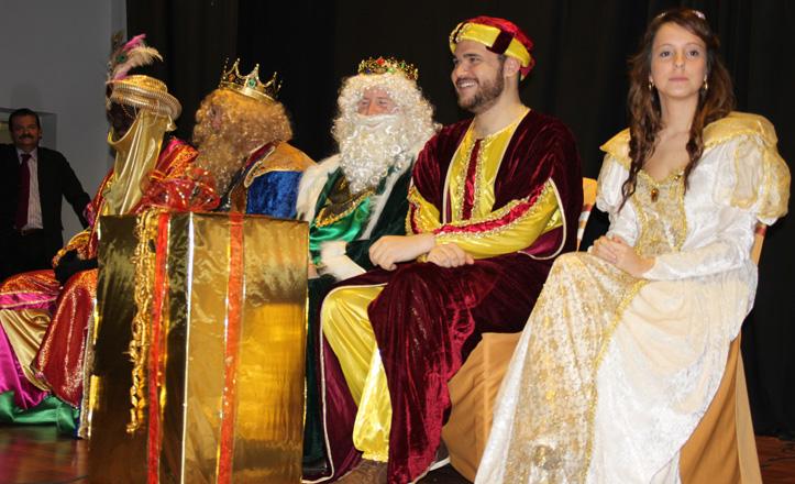 Los Reyes Magos, el Cartero Real y la Estrella de la ilusión sentados en el escenario