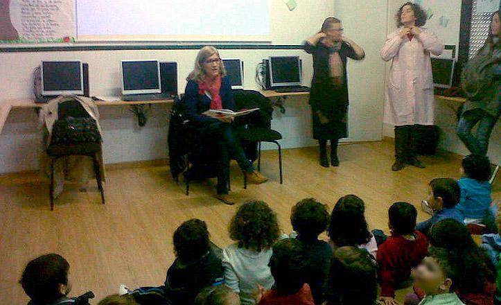 La delegada del Casco Antiguo Amidea Navarro lee un cuento a los escolares del SAFA.