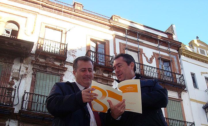 Juan Espadas y Juan Carlos Cabrera ante las viviendas de la Encarnación.
