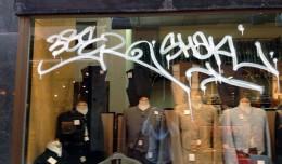 Uno de los escaparates afectados por los grafiti.