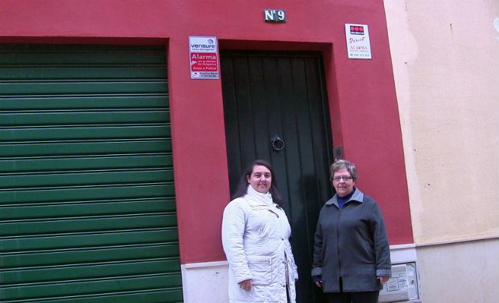 Reyes Roldán y Lola Martínez en la puerta del antiguo «colegio de Doña Nati».