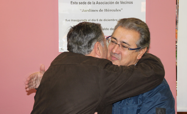 Juan Ignacio Zoido y José Lao se abrazan al descorrer la cortina