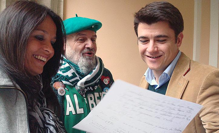 Jorge Morillo enseña una carta a Beltrán Pérez y Evelia Rincón