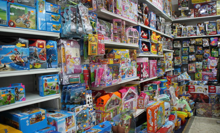 Las estanterías de la juguetería Amparo repleta de productos