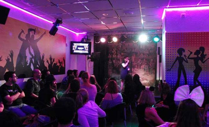 Karaoke Mikro lleva más de 20 años en la Macarena