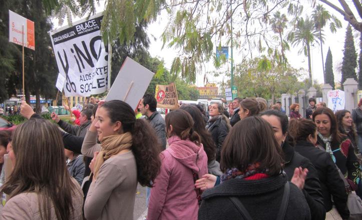 Un grupo de personas con pancartas a las puertas del Parlamento