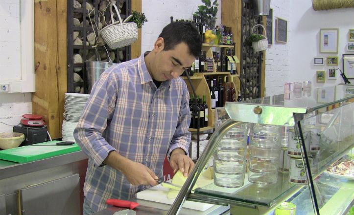 El encargado del Mercado La Provenzal preparando una tapa