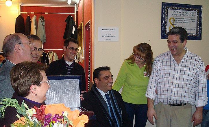 Los placeros de Pino Montano inauguran la placa de aniversario.