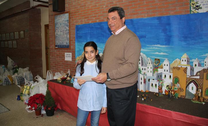 Mercedes junto al delegado del distrito recibiendo su premio