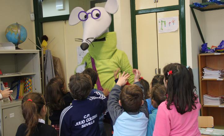 Pepe Libritos entrando en una de las clases del colegio Julio Coloma