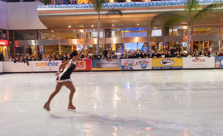 Una patinadora realiza una exhibición de patinaje en la pista del centro comercial