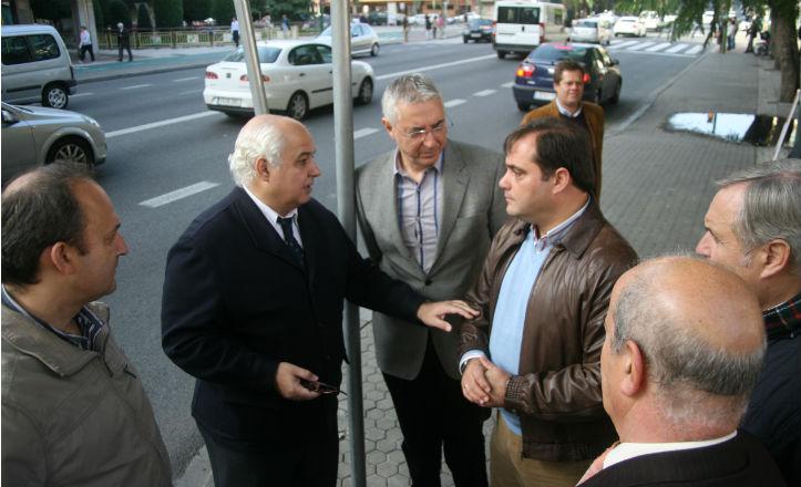 Comerciantes junto al delegado del distrito, Jaime Ruiz, el día que se hizo la petición de la poda de Luis Montoto