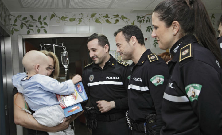 policia-juguetes-hospital