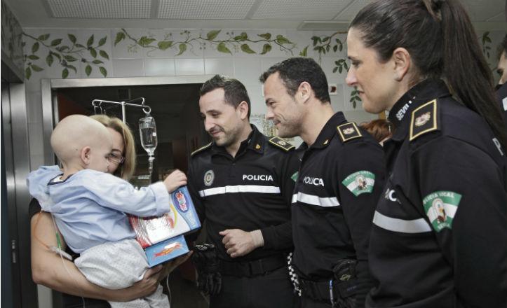 La policía entregando los juguetes