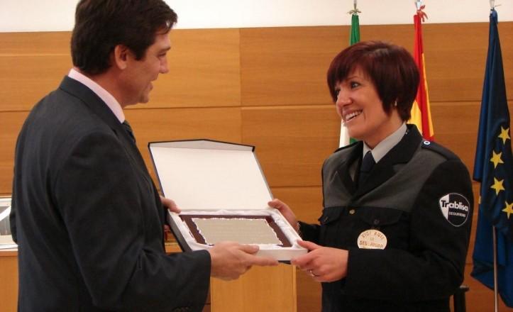 El director del aeropuerto de San Pablo le hace entrega de la placa a Cristina