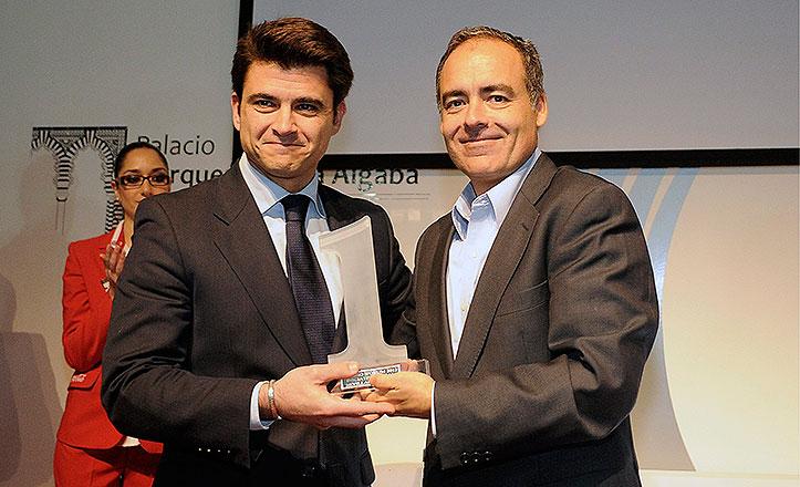 El delegado de Participación Ciudadana, Beltrán Pérez, recoge el premio iForum de manos del director de Google España, Javier Rodríguez Zapatero.
