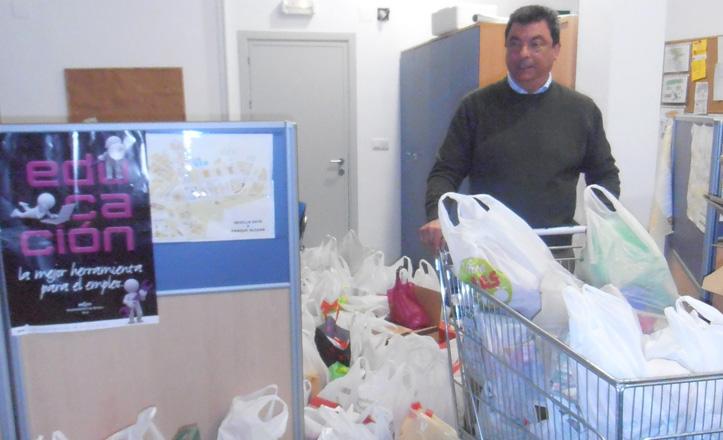 El delegado rodeado de las bolsas de comida