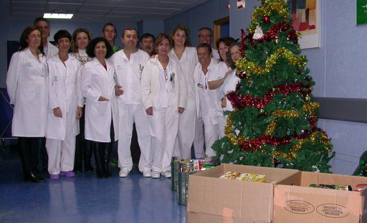 Personal del hospital posa junto a las cajas de recogida