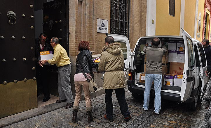 Los trabajadores meten las cajas en el comedor de San Juan de Dios.