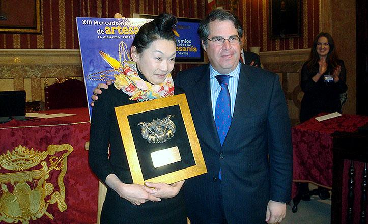 El delegado Gregorio Serrano con una de las premiadas.