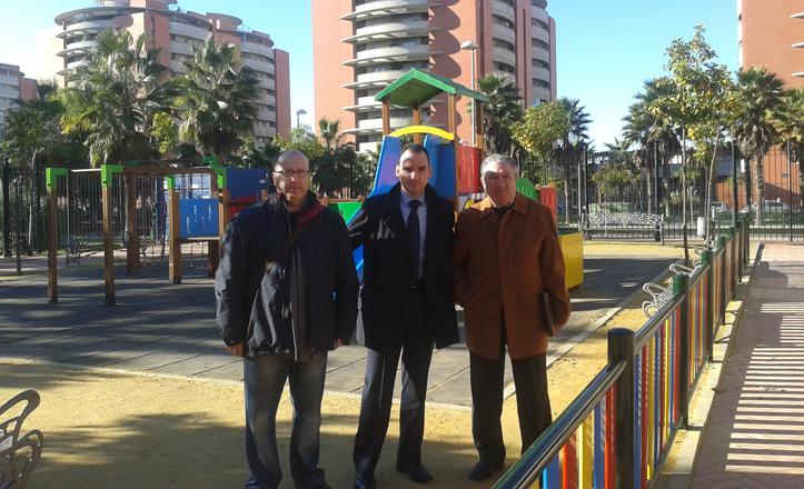 El delegado junto a Pepe Lao y Juan Lobo en la zona infantil de la asociación