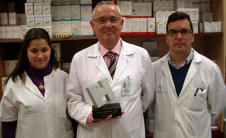 El farmacéutico, Ramón Morillo y sus ayudantes posan con el premio