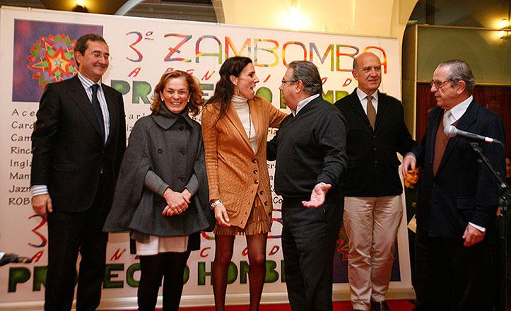 El alcalde junto con los dirigentes de Proyecto Hombre