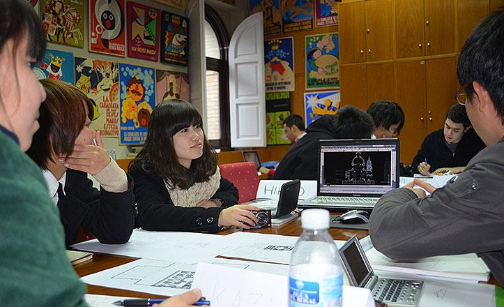 Una estudiante japonesa estudia en una sala del Ateneo.