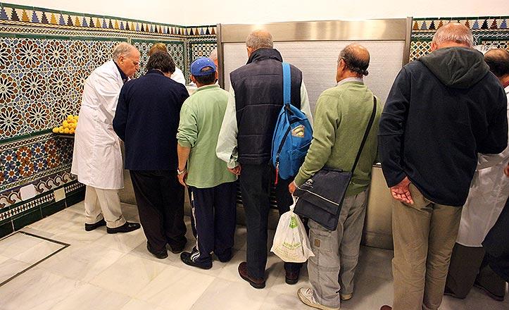 Varios usuarios en el comedor social de San Juan de Dios de Sevilla.