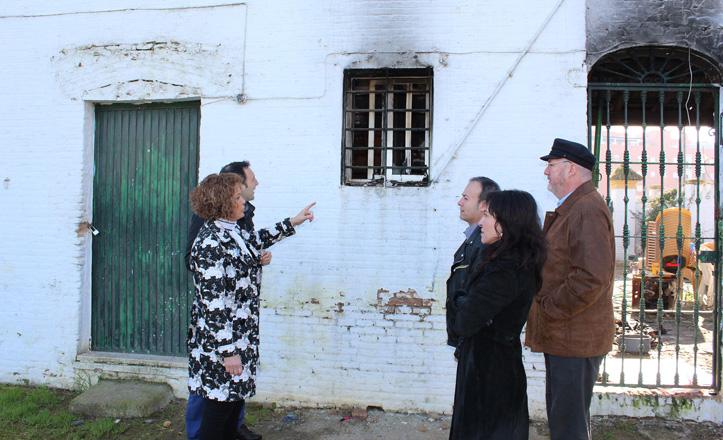 Adela Castaño hablando con unos vecinos de Alcosa en el parque Tamarguillo