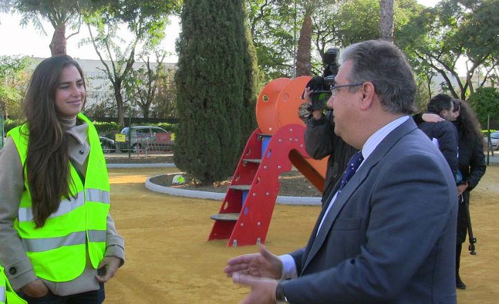El alcalde de Sevilla, Juan Ignacio Zoido, en la visita al nuevo parque de la avenida Alfonso Lasso de la Vega