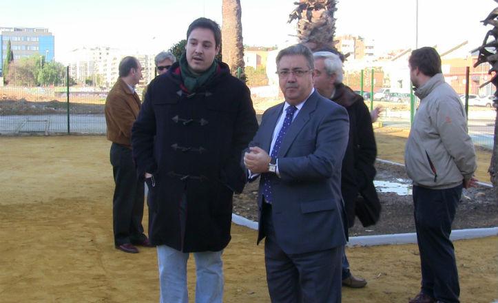 El alcalde de Sevilla, Juan Ignacio Zoido y el delegado del distrito Sur, José Luis García, en la futura plaza Alberto García Camarasa
