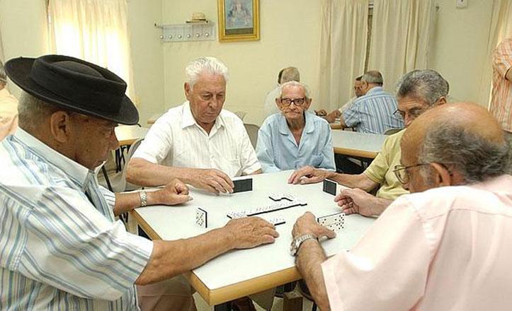 ancianos-jugando-domino