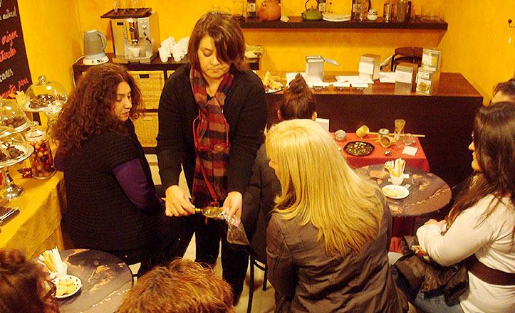 Un momento del taller de té en Asuca